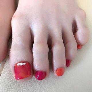 ショッキングピンクとオレンジのポップで夏らしいフット。親指は2色でニュアンスをつけています。医療関係者の皆様が続々とフットネイルをスタートされています。サンダルの季節ですねー。 #nail #nails #ジェルネイル #プライベートネイルサロンふたば #フットネイル #ペディキュア #ネイルブックからのお客様 #医療関係者さん多数ご来店中です #夏 #海 #リゾート #ハロウィン #フット #ワンカラー #ビジュー #タイダイ #ショート #ピンク #オレンジ #ペディキュア #お客様 #コトウユウキ #ネイルブック