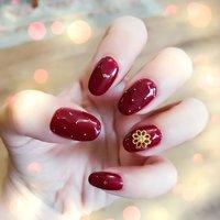 やっぱり赤のネイルが可愛いなと思ってデザインしました!お花のモチーフでワンポイント。ブリオンで華やかに。 #シンプル #ワンカラー #フラワー #アンティーク #ミディアム #レッド #ボルドー #nail_salon_u_chil #ネイルブック