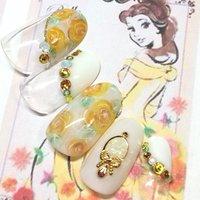 美女と野獣のヒロイン、ベルをイメージしたアートです♡ 美女と野獣と言えば バラの花が物語のキーポイント♡なので、ベルの黄色のドレスをイメージして 黄色いバラを手描きしました♡♡♡薬指には 魔法の鏡も♡♡♡#ジェルネイル #ハンド #武蔵浦和 #夏 #オールシーズン #ブライダル #女子会 #ハンド #フレンチ #変形フレンチ #フラワー #キャラクター #ミディアム #ホワイト #クリア #イエロー #ジェル #ネイルチップ #アイリーネイル #ネイルブック
