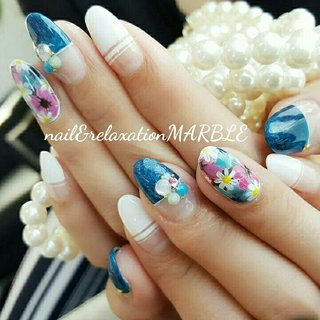 デニムにお花のアートで 華やかに仕上がりました♪ #夏 #海 #リゾート #浴衣 #ハンド #フラワー #デニム #ミディアム #グレー #カラフル #ビビッド #ジェル #お客様 #nail_marble #ネイルブック