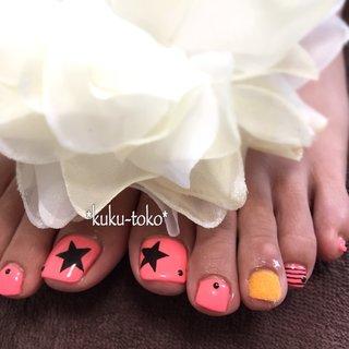 足は派手に✨  当店のサンプルでは、シルバーメインでしたが、気分は【元気いっぱいの夏🌻】なので、目を惹く #ネオンカラー に🎵  この、ピンクがかったオレンジが、凄くおすすめ👍  #ファーネイル も取り入れ、少し違った質感も楽しまれました😍  ここ数年、【質感】を楽しむネイルアイテムが増えているので、ワンポイントに取り入れるのも、オツなものですよ🍀  #manicurist #nail #art #gel #kukutokonail #kukutoko #西脇 #加東 #小野 #加西 #ネイル #アート #ネイルアート #ククトコ #自宅ネイルサロン #swarovski #kokoist #ココイスト #abexperience #フィルイン #美甲 #西脇市 #加東市 #sunshinebabe #ペディキュア #pedicure #starnail #星ネイル #夏 #海 #パーティー #フット #星 #ボーダー #ショート #オレンジ #ブラック #ネオンカラー #ペディキュア #お客様 #kukutoko_nail #ネイルブック