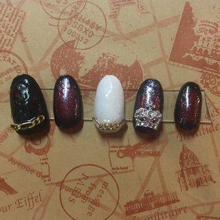 親指と中指はレザー調になっております。 少しハードに見えますが白を持ってくることで夏にもオススメのデザインです(*^^*) #レザー#王冠#チェーン #オールシーズン #ライブ #ハロウィン #パーティー #ハンド #グラデーション #レザー #ロング #ホワイト #レッド #ブラック #ジェル #ネイルチップ #yuu #ネイルブック