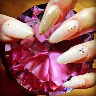 ヌードベージュ×ゴールド  派手すぎない大人可愛いをイメージしました♪  ヌードベージュはシンプルですが、他のどの色よりも指が長くキレイに見せてくれます♡  指が短いから…指が太くて…など悩める女性にオススメのカラーです(*´ω`*) #オールシーズン #ハンド #シンプル #ラメ #ロング #ベージュ #ゴールド #スカルプチュア #セルフネイル #mkc #ネイルブック