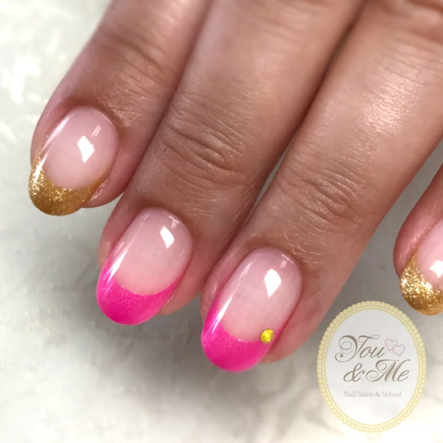 蛍光ピンクとゴールドの組み合わせが夏っぽいです☺︎ #ショート #ゴールド #ピンク #フレンチ #ラメ #ハンド #浴衣 #海 #ジェルネイル #お客様 #いたみやゆうみ #ネイルブック