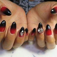 #グラデーションネイル #スワロフスキー #ジェルネイル #秋 #旅行 #リゾート #女子会 #ハンド #グラデーション #ロング #レッド #ブラック #ジェル #lovejewelry nail #ネイルブック