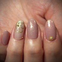 ラメ入りくすみ系ピンク色♪ ゴールドのお花の中には極小の雪の結晶♡ #秋 #オフィス #ハンド #シンプル #ラメ #ワンカラー #ホワイト #ピンク #ゴールド #ジェル #yukarilakkuma #ネイルブック