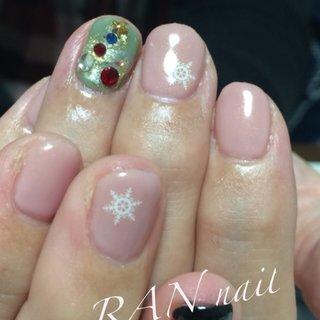 クリスマス使用の上品オフィスネイル  お仕事で派手なネイルのできない方も優しいカラーのグリーンでクリスマスネイル ピンクベージュの指先に白い雪の結晶が可愛い  #ホワイト#クリスマスネイル#オフィスネイル#雪の結晶#菊川市#掛川市#御前崎市#牧之原市#菊川市ネイルサロン#相良ネイルサロン#ランネイル#RAN nail#出張ネイル#自宅ネイルサロン#美爪育成 #美爪#paragel#パラジェル#paragel登録サロン #ピンク#ビジュー  #冬 #クリスマス #オフィス #ハンド #雪の結晶 #ショート #ピンク #グリーン #ジェル #お客様 #RAN☆ #ネイルブック
