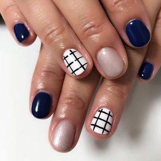 ぱっきりチェックとネイビーのネイル。 #nail #nails #チェックネイル #秋 #冬 #ライブ #ハンド #ワンカラー #チェック #ジオメトリック #ミディアム #ネイビー #グレージュ #モノトーン #ジェル #お客様 #コトウユウキ #ネイルブック