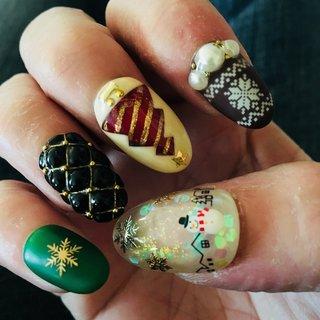 ジェルアレルギーのため手がボロボロでお見苦しいですが御容赦下さい。 #冬 #クリスマス #パーティー #デート #ハンド #くりぬき #シースルー #マット #雪の結晶 #キルティング #ミディアム #ホワイト #グリーン #ブラック #ジェル #セルフネイル #9zira #ネイルブック