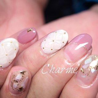 #シェル #キルティング 青みがかったピンクで甘くなりすぎないように♪ #冬 #オールシーズン #クリスマス #オフィス #ハンド #フレンチ #ラメ #シェル #ホイル #キルティング #ミディアム #ホワイト #ピンク #ゴールド #ジェル #お客様 #charme_nailsalon #ネイルブック