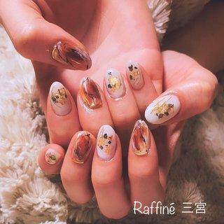 天然石アートとホワイトをベースにシェルや金箔をのせたキレイなデザインです。 べっ甲のような落ち着いた色味で派手すぎず、 でもしっかり存在感のあるネイルです☆  ご予約はお電話、メールにて承っております Tel 078-333-1120 Mail raffine@b2c.co.jp   #ジェルネイル#天然石ネイル#ニュアンスネイル #神戸ネイルサロン#べっ甲ネイル#ネイルアート #秋 #冬 #デート #女子会 #ハンド #大理石 #ニュアンス #べっ甲 #ワイヤー #ミディアム #ホワイト #ブラウン #ゴールド #ジェル #セルフネイル #raffinenail #ネイルブック