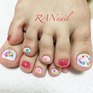 ドライフラワーのフットネイル  ハート形と花束のかたちのドライフラワーが可愛い❤︎赤のチークネイルもオシャレなフットネイルです。  RAN nail ~ランネイル~ ご予約お問い合わせはこちら 電話番号 08094953019 メール rannail@i.softbank.jp ラインID rannail ブログ http://tamahirocchi.eshizuoka.jp paragel HP : http://salon.paragel.jp/salon/700/  #チークネイル#ドライフラワーネイル#オフィスネイル#菊川市#掛川市#御前崎市#牧之原市#菊川市ネイルサロン#相良ネイルサロン#ランネイル#RAN nail#出張ネイル#自宅ネイルサロン#美爪育成 #美爪#paragel#パラジェル#paragel登録サロン #ピンク#ホワイト#レッド#フットネイル    #オールシーズン #リゾート #ブライダル #パーティー #フット #チーク #押し花 #ショート #ホワイト #レッド #ペディキュア #お客様 #RAN☆ #ネイルブック