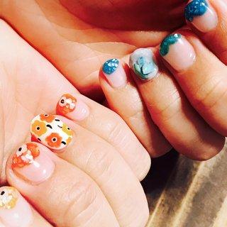 友人のリクエスト❤︎ 右手をマリメッコ、左手を大理石のアシメネイルにしました♪ 薬指、親指以外は右手は爪先に大きく花を描き、左手は爪先に同じような形でターコイズ系の色を乗せ、どちらもその上からショルで飾りました(^^)  #マリメッコネイル #大理石ネイル #ターコイズネイル #シェルネイル #アシメネイル #オールシーズン #リゾート #浴衣 #女子会 #ハンド #フラワー #シェル #くりぬき #星 #大理石 #ミディアム #レッド #オレンジ #ターコイズ #ジェル #セルフネイル #柚音 #ネイルブック