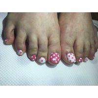 フットです✨ 足元は思い切って明るい色を選ぶのがおススメです😊✨ サンダルから見えるネイルがとってもかわいいです。 #春 #フット #ドット #ショート #ホワイト #ピンク #ジェル #お客様 #yuri #ネイルブック