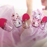 春らしく明るいショッキングピンクにお花を合わせた可愛いネイルが仕上がりました! フットでも素敵です₊(ˊᵕ͙ૣᴗᵕ͙ૣˋ)ˈ·˚* #春 #夏 #デート #ハンド #フレンチ #ラメ #フラワー #パール #ミディアム #ホワイト #クリア #ピンク #ジェル #ネイルチップ #🌼MYU-GEL🌼越谷店 #ネイルブック