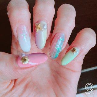 薬指だけ変えてマーメイド鱗ネイル練習しましたっ♡ ベースを薄いブルーとピンクにランダムホロを置いたのでキラキラで派手可愛いネイルになりました( ˙˘˙ )✨  ほかの爪は前回やったやつで根元伸びててすみません💦笑 #夏 #海 #デート #女子会 #ハンド #人魚の鱗 #ロング #ピンク #水色 #パステル #ジェル #セルフネイル #Tiary #ネイルブック