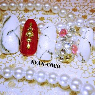 ホワイト大理石×ビジュー盛りネイル #オールシーズン #ハンド #ビジュー #大理石 #ミディアム #ホワイト #レッド #ゴールド #マニキュア #ネイルチップ #Nyan-coco #ネイルブック
