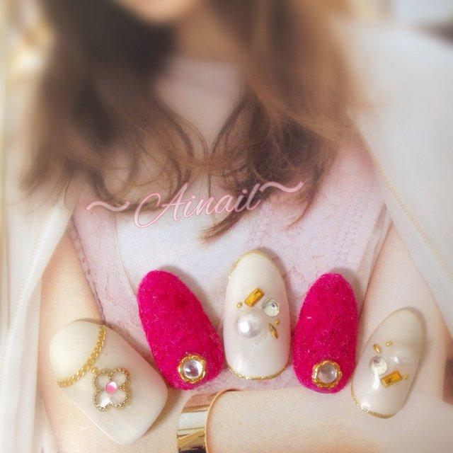 ビビットピンクのベルベットネイル♡ パールビジューとネックレスで女子力アップネイル♡ #ハンド #ワンカラー #ビジュー #パール #チェーン #ピンク #ホワイト #ビビット #〜Ainail〜 #ネイルブック
