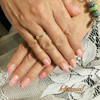 クリアーピンクにピンクとレッドの天然石ネイル #オールシーズン #梅雨 #オフィス #女子会 #ハンド #ビジュー #パール #大理石 #ミディアム #ホワイト #ピンク #レッド #ジェル #お客様 #kyoko k&knail #ネイルブック