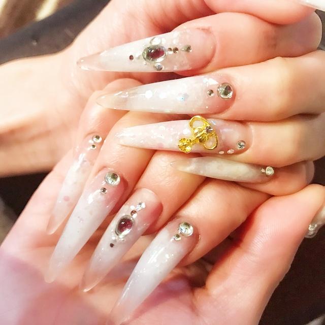 薬指のヴィヴィアンティークパーツの所は ピンク、紫、水色、白でタイダイです☆ #グラデーション #シェル #タイダイ #カラフル #クリア #オールシーズン #パーティー #ブライダル #ホワイト #スカルプチュア #セルフ #ロング #ハンド #aya_neko #ネイルブック
