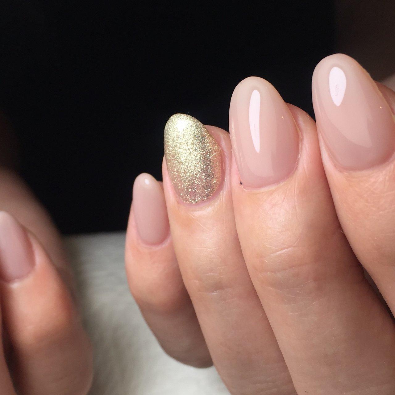 出産後 1年が経ち自分の時間ができて やりたかったことがネイルです ・ ネイル施術中 ずっと嬉しそうな表情をされていて とても可愛くてステキな方でした♡ ・ 手元が綺麗に見える ヌーディーカラーにラメを一本プラスしたネイル ・ #シェルネイル #ヌーディーカラー  #ワンカラーネイル #キレイな指先♡  #造形ネイル #艶麗ネイル  #芦屋ネイルサロン #queensashiya #オールシーズン #オフィス #ブライダル #デート #ハンド #シンプル #ワンカラー #ミディアム #ベージュ #ゴールド #シルバー #ジェル #yukoigarashi #ネイルブック