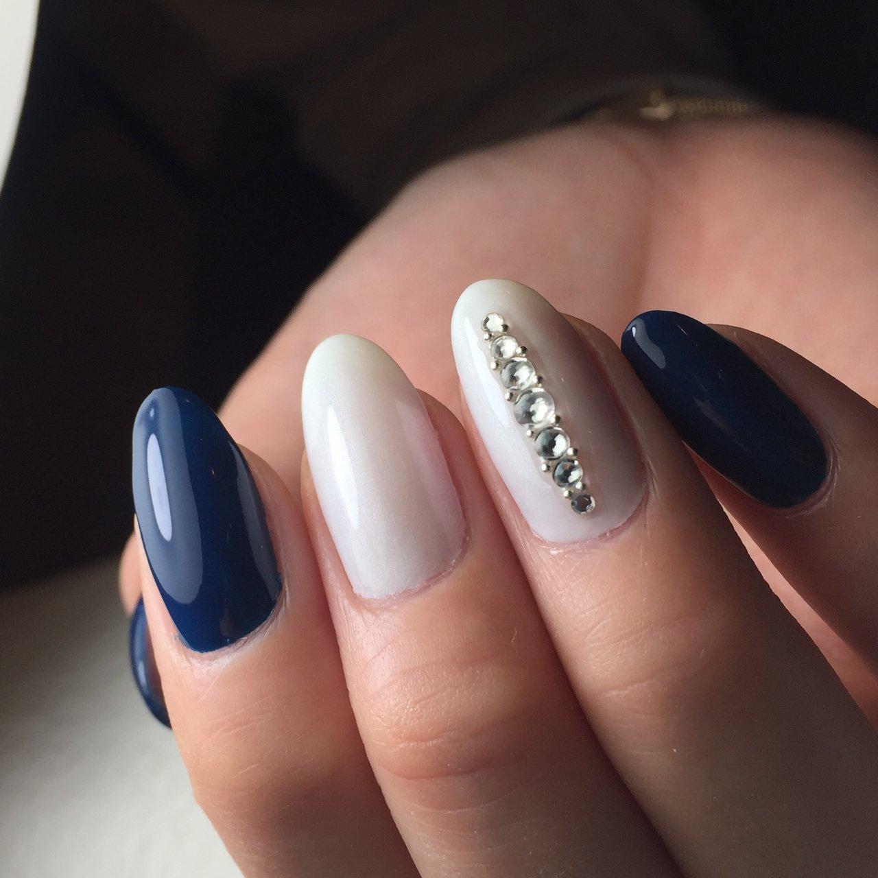ブルーがかったグリーンとパールホワイトの組み合わせ  濃い色も白と合わせれば夏ネイル!  スワロフスキー は埋め込まない技法で キラキラ輝きを楽しんでもらえます。  #ジェルネイル #ハンド #夏 #ミディアム  #造形ネイル #艶麗ネイル #こだわりネイル  #queensashiya #jr芦屋 #こだわりフォルム #夏 #海 #浴衣 #パーティー #ハンド #シンプル #ワンカラー #ビジュー #ミディアム #ホワイト #グリーン #ネイビー #ジェル #yukoigarashi #ネイルブック
