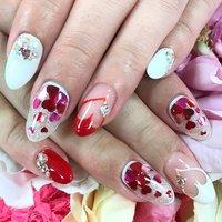 ハート ネイル💅 バレンタインが終わっても人気なデザインです♡ #春 #パーティー #デート #女子会 #ハンド #ビジュー #ハート #ミディアム #ホワイト #ピンク #レッド #ジェル #お客様 #さかぐち #ネイルブック