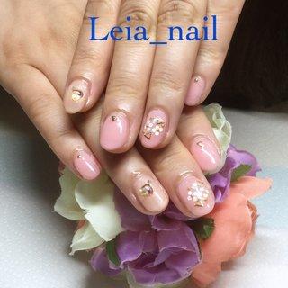 桜貝みたいなピンクにホログラムのお花ネイル♪ #オールシーズン #オフィス #デート #ハンド #ホログラム #フラワー #ミディアム #ベージュ #ピンク #ジェル #お客様 #Leianail♪ #ネイルブック