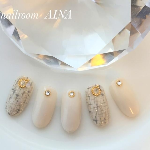 白のツィードは、大人を演出、あまくないツィードネイル。 #チーク #ツイード #デート #冬 #お正月 #ホワイト #モノトーン #ミディアム #ハンド #Nail room Aina 井田 とも子 #ネイルブック
