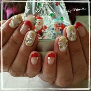クリスマスネイルです♡ 赤フレンチに、2本ずつアイボリーのベースでツリーとリースをストーンで作りました♡ #冬 #クリスマス #ハンド #フレンチ #ミディアム #ホワイト #レッド #ゴールド #ジェル #お客様 #xAimix #ネイルブック