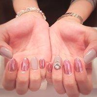 ピンク系のクロムネイルとくすみカラーのコンビネーション☺︎ 薬指の大粒ビジューがポイント☺︎ #オールシーズン #オフィス #パーティー #デート #ハンド #ワンカラー #ビジュー #ミディアム #ピンク #グレージュ #メタリック #ジェル #お客様 #rucy #ネイルブック
