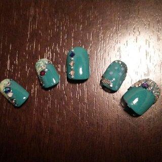 緑色をベースにした派手目のネイルです(*^▽^*)  コンテスト出場の友人のために作成(*^^*) 衣装がイエローとブルーの2パターンとのことで衣装のカラーも使ってみました(>▽<) #夏 #リゾート #ハンド #ビジュー #ミディアム #イエロー #グリーン #マニキュア #セルフネイル #marron #ネイルブック