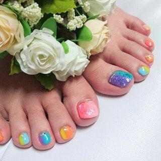 夏ネイル🎵足は派手なデザインが好きなお客さんが多いのでカラフルに❗親指にはシェルをのせてます🎵 #夏 #海 #パーティー #フット #シェル #トロピカル #マリン #バイカラー #ショート #ピンク #グリーン #カラフル #ジェル #お客様 #san nail #ネイルブック