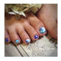 夏らしいブルーを取り入れたアート 黒も少し入れて辛口な大人の足元へ #グラデーション #フラワー #タイダイ #ボタニカル #マーブル #salondeemi #ネイルブック