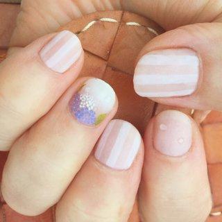 2018.06.24 母に梅雨ネイル𓍯 左手バージョン。 初めてのallマット◌ ͙❁˚  シンプルにするつもりがけっこうごちゃつきましたが、ピンクを使っていても爽やかに涼しげになりました ꙰ 紫陽花を小さくしすぎて、痣みたいになってしまったのが心残り。 爪が割れていたので、スーパーショート(·ꙫ·)  夕暮れの日なたで撮影したら、なぜか光でシワが飛んで指がつるっつるに!   #手描きネイル #カジュアルネイル #梅雨ネイル  #雨ネイル #紫陽花ネイル #あじさいネイル #夏 #梅雨 #ハンド #グラデーション #フラワー #水滴 #ストライプ #マット #ショート #ホワイト #ピンク #パステル #ジェル #お客様 #neo!m #ネイルブック