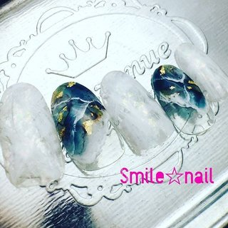 大田原定額ネイルサロン Smile☆nailです(*^^*) 新作#天然石アート  @_hidekazu_ 先生のデモを参考に深めのグリーンでカッコ良く♪ サブアートはホワイトでラフに、キラキラをプラスして夏らしく抜け感アート(^o^) こちらはミンネでオーダー頂けます(๑˃̵ᴗ˂̵)و̑̑ ☆,。・:*:・゚'☆,。・:*:・゚'☆,。・:*:・゚' #smilenail #スマイルネイル #大田原市ネイルサロン #大田原ネイルサロン #大田原定額ネイル #定額ネイル #お家サロン #ネイルサロン #ジェルネイル #セルフネイル #ネイルアート #ネイリスト #個性派ネイル #派手カワネイル #美爪 #ネイルチップ #オーダーチップ #ミンネ #minne #夏ネイル #サマーネイル #天然石ネイル ☆,。・:*:・゚'☆,。・:*:・゚'☆,。・:*:・゚' HPはプロフィールのURLから☆ ☆,。・:*:・゚'☆,。・:*:・゚'☆,。・:*:・゚' フリルでピアス ミンネでネイルチップを販売してます ٩( ᐛ )و  ネイルチップ→ミンネ https://minne.com/5116ykr (スマイルネイルで検索‼︎) ピアス→フリル  https://fril.jp/shop/Smile_bijou (スマイルビジュー ネイリストで検索‼︎) #夏 #旅行 #海 #リゾート #ハンド #変形フレンチ #大理石 #ミディアム #ホワイト #グリーン #ターコイズ #ジェル #ネイルチップ #Smile☆nail #ネイルブック