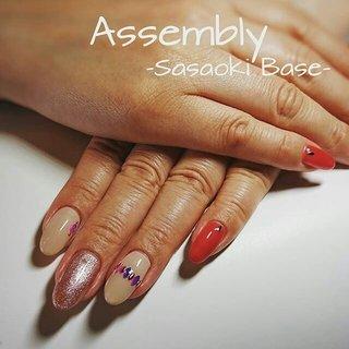 定額デザイン☆ カラーチェンジしています♪ サンプルでは、2色使用ですが 1本ラメに変えると、より華やかになります♪ ラメは今期人気のピンクシャンパンで 派手になりすぎず、 赤はパラジェル今年の秋冬の新色です。(*^^*)    Assembly -Sasaoki Base- 岡山県倉敷市笹沖875-1 TEL 086-489-0552 http://sasaokibase.com/ アメブロ https://ameblo.jp/sasaokibase/ パラジェル登録サロン/パラスパ取扱店  #岡山#倉敷#倉敷ネイルサロン#パラジェル登録サロン#自爪を削らない#爪に優しい#フィルイン#パラジェル新色 #シャンパンゴールド #ネイル#赤ネイル #リーフプリズムコレクション #ベージュ #秋ネイル#red#大人ネイル#大人かわいい #大人きれい#今日のネイル #ootd#fashion#beauty#Nails#Assembly#笹沖ベース #秋 #オールシーズン #オフィス #デート #ハンド #シンプル #ラメ #ワンカラー #ボヘミアン #オーロラ #ベージュ #レッド #ゴールド #ジェル #お客様 #Assembly #ネイルブック