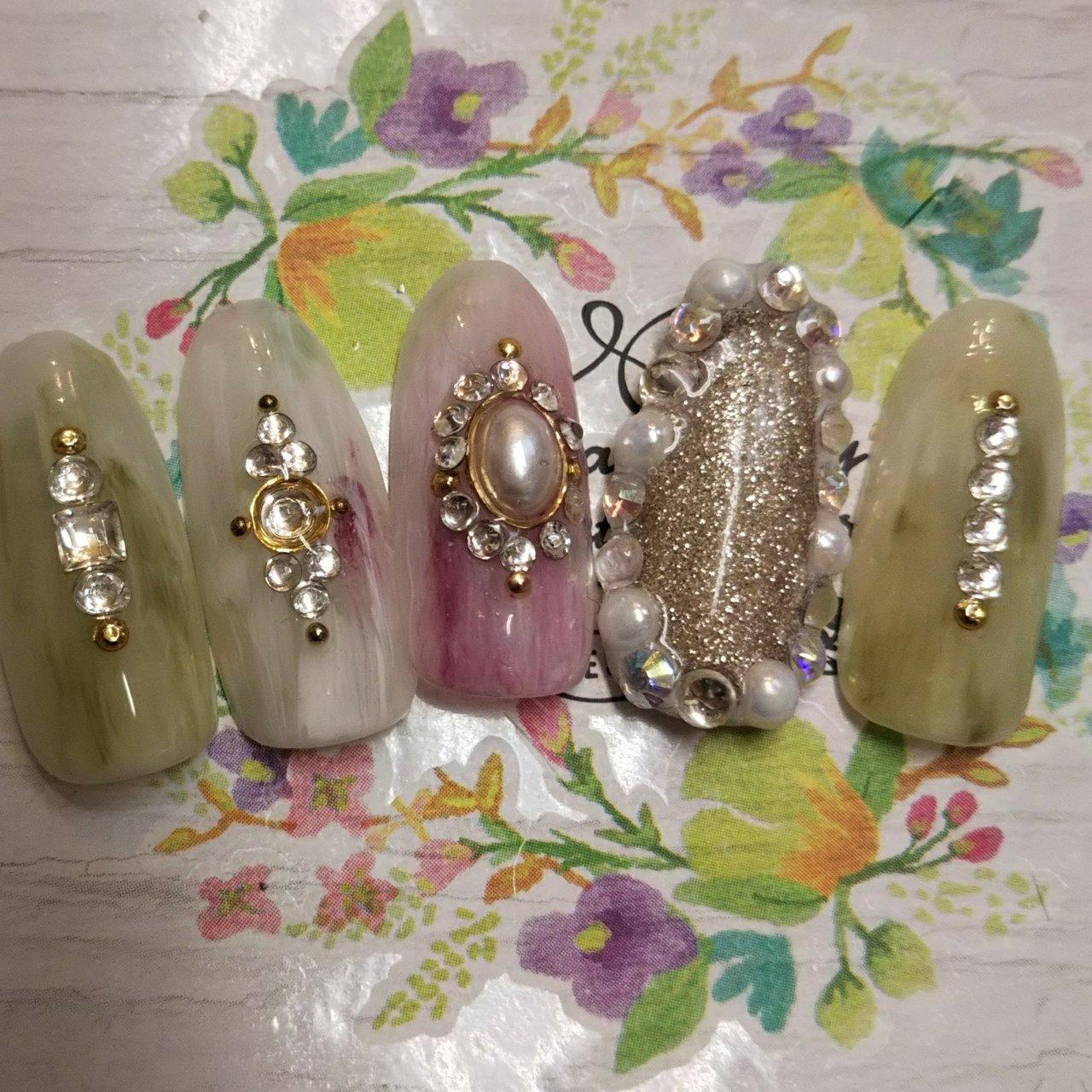 ストーンを全部の指に豪華に載せてます。 #パーティー #ハンド #ビジュー #タイダイ #ミディアム #ホワイト #グリーン #ボルドー #ジェル #ネイルチップ #karin1128 #ネイルブック