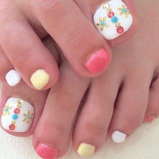 可愛めフット #夏 #オールシーズン #フット #ビジュー #ミディアム #ホワイト #ピンク #イエロー #ジェル #お客様 #nail_deco_luxe #ネイルブック