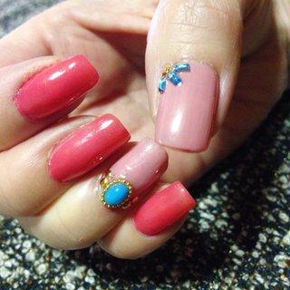 指輪をつけないで済むデザインです。 #ハンド #ビジュー #デコ #ショート #ピンク #ブルー #マニキュア #セルフネイル #AbimoDragon #ネイルブック