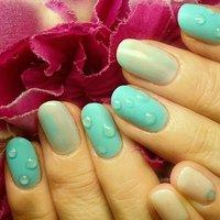 ブルーの配色に水滴ネイル! 何度も拭き取ってしまいそうになりますね‼ 梅雨の季節おすすめです! #夏 #梅雨 #ハンド #水滴 #ミディアム #ブルー #ジェル #お客様 #s_juri #ネイルブック
