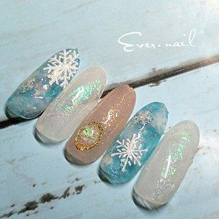 エンボスの雪の結晶ネイル 手作りオパールで、華やかさup だけど、クリア感のある色味なにすることで、大人ネイルに… #冬 #クリスマス #ブライダル #ハンド #シュガー #大理石 #ブローチ #雪の結晶 #ロング #ホワイト #水色 #ブラウン #ジェル #ネイルチップ #Ever.nail #ネイルブック