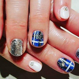 エストニア🇪🇪の国旗とカラーを使ったチェック柄。雪の結晶も可愛いです。 エストニア旅行楽しんできてくださいね~☃️❄️#estonia #nailstagram💅 #estonianails #nairart #tokyonail #hanakoganei #オールシーズン #ハンド #チェック #国旗 #ショート #ホワイト #ブルー #ブラック #ジェル #お客様 #ネイルスペースR #ネイルブック