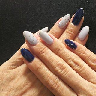 新年一発目のネイルは、赤同様に大好きなネイビーで✨  落ち着きすぎず、派手すぎないデザインになるように、ネイビーは各2本づつにしてもらって、残りはアイスグレーで軽やかさもプラス。  クリアストーンとゴールドのスタッズで小さめドットを作り、その他の指は極細のゴールドラインを爪先にさりげなく・・・  大人可愛いネイルになりました💕 #秋 #冬 #パーティー #女子会 #ハンド #シンプル #ワンカラー #ビジュー #ドット #クリスタルピクシー #ミディアム #ネイビー #グレー #ゴールド #ジェル #paf #ネイルブック