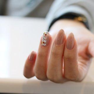 #オフィスネイル にもオススメカラー ナチュラルな手元に薬指の#スワロフスキー が◎❤️ #オールシーズン #オフィス #パーティー #デート #ハンド #シンプル #ワンカラー #ロング #ベージュ #グレージュ #ジェル #お客様 #島根県出雲市✴︎チョコネイル✴︎ #ネイルブック