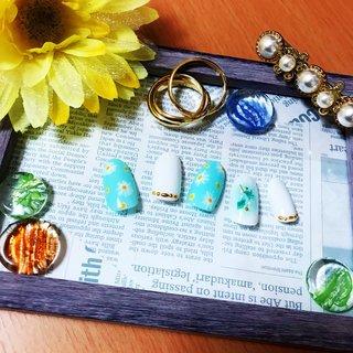 これからの季節にぴったりのフラワーアートネイル✨小花柄で可愛いらしく、ティファニーカラーとゴールドのスタッズで大人っぽさを演出♪薬指にはポイントにチークデザインを施し、シェルやスタッズなどをあしらってます✩.*˚  定額Bコースのデザインです。  #ハンド #ホワイト #ティファニーブルー #小花柄ネイル #フラワーネイル #フラワー#オフィスネイル #チーク#チークネイル#シェル#スタッズ #春 #夏 #浴衣 #オフィス #ハンド #フラワー #ホワイト #ターコイズ #水色 #ジェル #ネイルチップ #yopi #ネイルブック