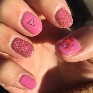 爪が割れて短くなったので、あえて派手色ネイル♥  #ハンド #ショート #セルフネイル #ピンク #ラメパウダー #ラメ #オールシーズン #バレンタイン #ハンド #ワンカラー #ラメ #ショート #ピンク #ジェル #セルフネイル #ゆゆ #ネイルブック