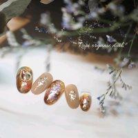 #ニュアンスネイル  可愛い親指のパーツがポイントです♪ #秋 #冬 #バレンタイン #パーティー #ハンド #ニュアンス #ミディアム #ホワイト #ベージュ #ブラウン #ジェル #ネイルチップ #KanakoOnishi #ネイルブック