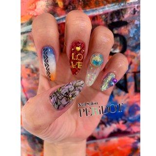 今日は右手(薬指以外)セルフ💅 こんなアートどうかなぁって考えながらするとこんなにもバラバラ🤣❤︎ 皆さまもどんなのにしよかワクワクしますよね☺️💟  親指:ニュアンスカラーの上に花柄をランダム。ゴールドラメを少し散りばめて 人差し指:グラデーションにエスニック柄のライン 中指:クリアレッドに赤の網タイツ柄。LOVEはいろんなパーツを組み合わせて 薬指(1週間前):クリアホワイトな上に乱切りホロをグラデ。パーツは、、?w 小指:ラメワンカラーに変色パールをオン #オールシーズン #パーティー #デート #女子会 #ハンド #フラワー #エスニック #シースルー #ニュアンス #アーガイル #ロング #レッド #パステル #カラフル #ジェル #セルフネイル #Aki Okumura #ネイルブック