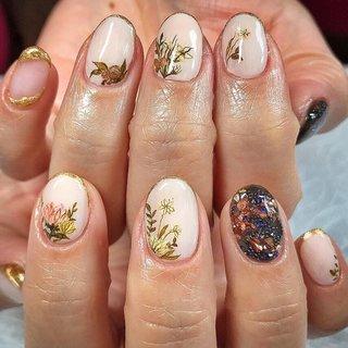 こちらは5本デザインコース¥10000になります🌹✨ 初回のお客様は-¥1000引きです💅 . . お花で可愛い過ぎないデザインでお任せ頂きました☺️💪✨ . . 遠いところからいつもありがとうございます🥰 今日も可愛いnailをさせて頂き感謝です☺️✨またお待ちしておりますね💕 . . . . ご予約や詳細など、お気軽にお問い合わせ下さい♪ LINEID : m3.nails メール :m3.nails@icloud.com . #m3 #プライベートサロン #プライベートネイルサロン #ネイルサロン#privatenailsalon #東京 #tokyo #原宿 #harajuku #キャットストリート #nail #ネイル #ジェルネイル #gelnails #冬ネイル #ニュアンスネイル #月替りデザイン #ネイルデザイン #sweet #可愛い #派手 #派手ネイル #手書き #手書きネイル #宝石 #大理石ネイル #天然石ネイル #春ネイル #春 #卒業式 #オフィス #デート #ハンド #シンプル #ワンカラー #アンティーク #ニュアンス #ボタニカル #ショート #クリア #ベージュ #ゴールド #ジェル #お客様 #M3 mako #ネイルブック